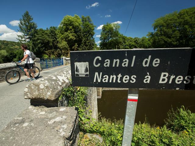 Panneau indiquant un pont aux cyclotouristes pour enjamber le Canal de Nantes à Brest