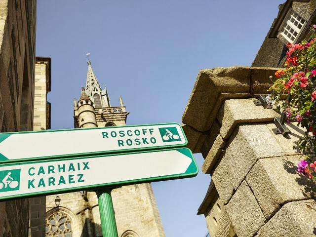 Panneaux directionnels vers Carhaix ou Roscoff, en centre-ville, sur la Voie Verte N°7 et la Vélodyssée