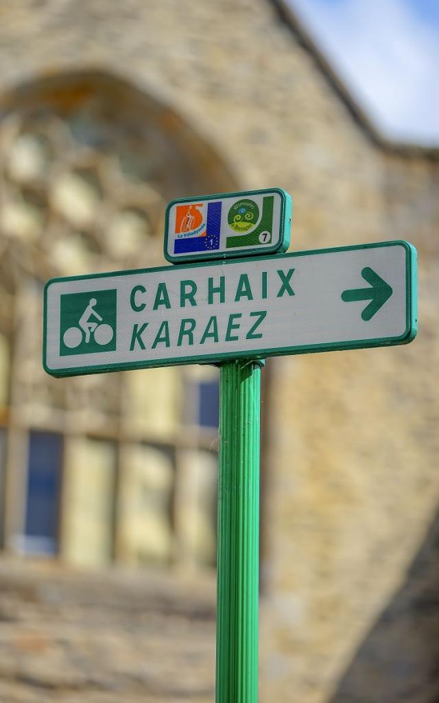 Panneau directionnel vers Carhaix sur le parcours de la Vélodyssée