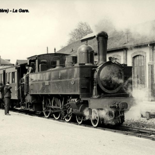 Carte postale ancienne du train à vapeur à la Gare de Carhaix