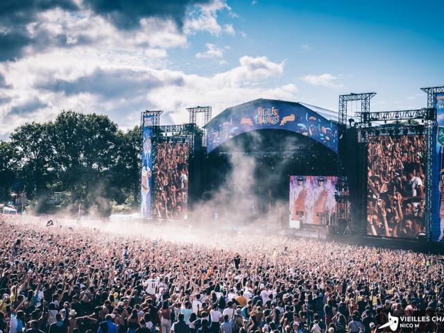 Ambiance avec la foule au festival gigantesque des Vieilles Charrues
