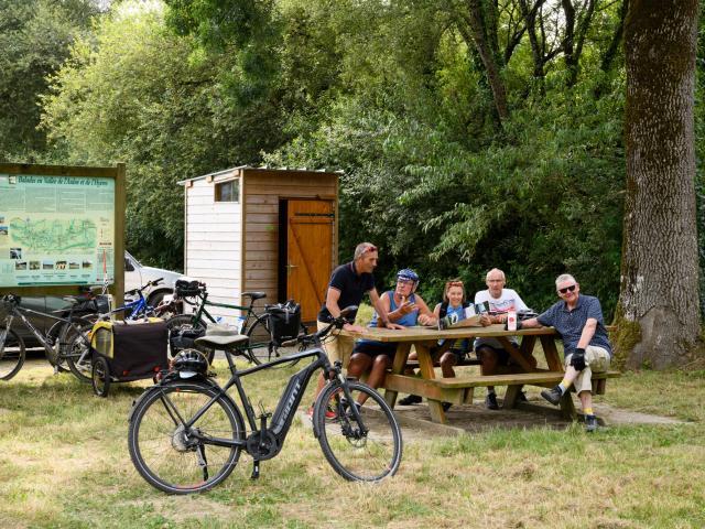Pause pique-nique pour des cyclotouristes à l'aire de repos de Pont Daoulas, le long du Canal de Nantes à Brest à Carhaix
