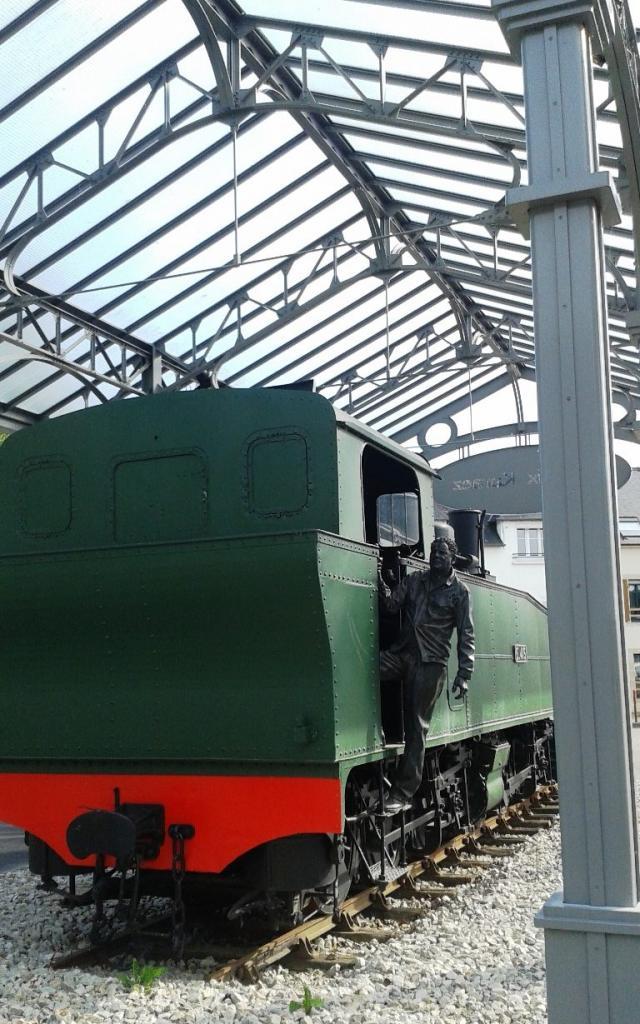 La Locomotive Mallet et la statue du cheminot, Place de la Gare à Carhaix