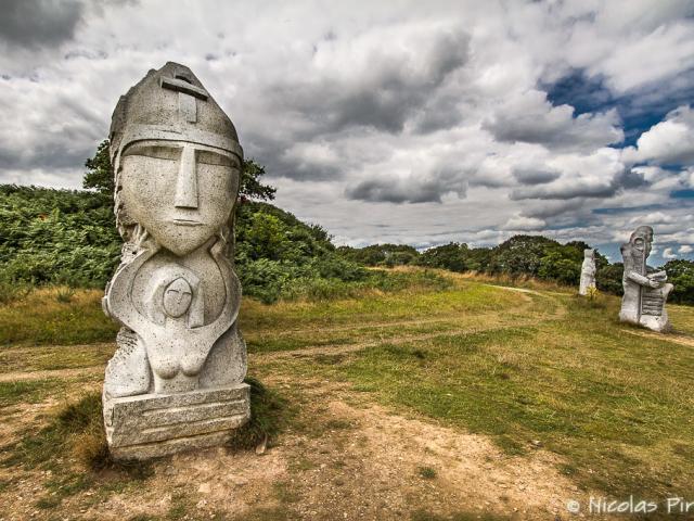 Statue de Saint-Samson, un des sept saints-fondateurs, autour de la motte féodale à la Vallée des Saints à Carnoët