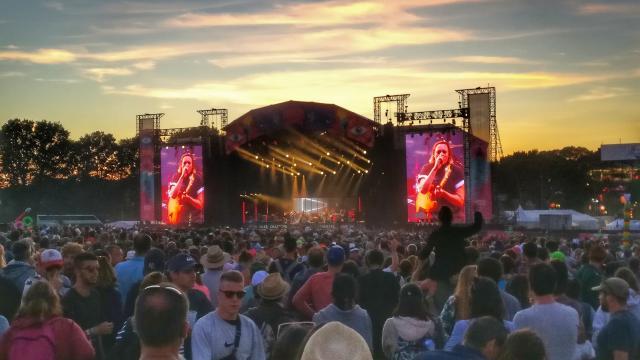 Foule devant la scène Glenmor au concert dantesque du groupe Arcade Fire en 2017, au Festival des Vieilles Charrues à Carhaix