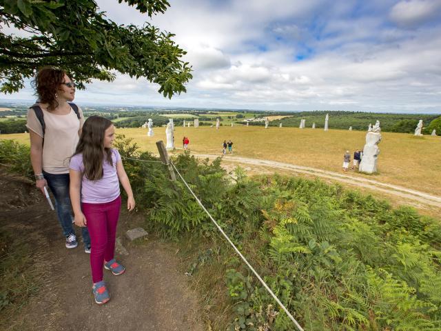 Visite en famille à la Vallée des Saints à Carnoët, en Coeur de Bretagne. Vue panoramique sur les statues