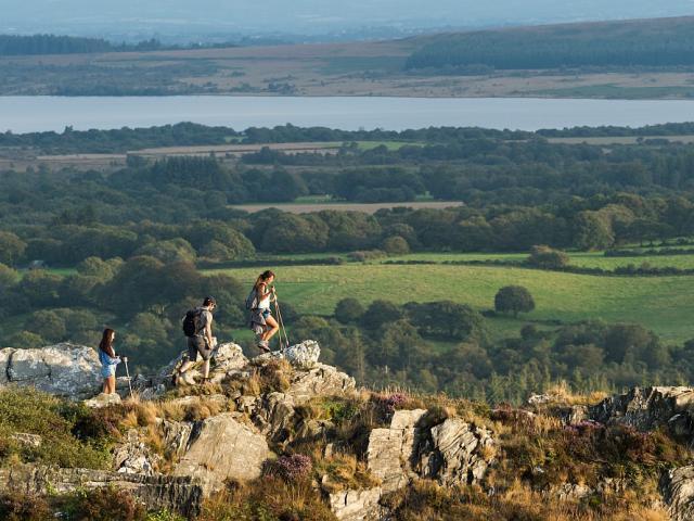 Randonnée pédestre sur les rochers des Monts d'Arrée avec vue panoramique sur le Lac de Brennilis