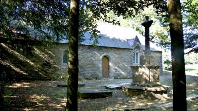 A la découverte du patrimoine caché du Poher avec la Chapelle Saint-Idunet et son calvaire à Plounévézel