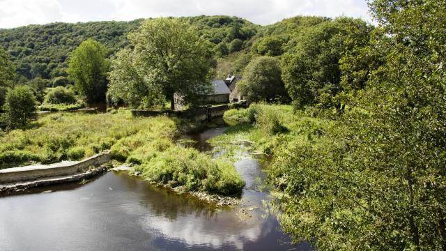 Nature et ressourcement au Moulin Meur, ancien Moulin à eau au bord de la rivière l'Hyères à Carhaix