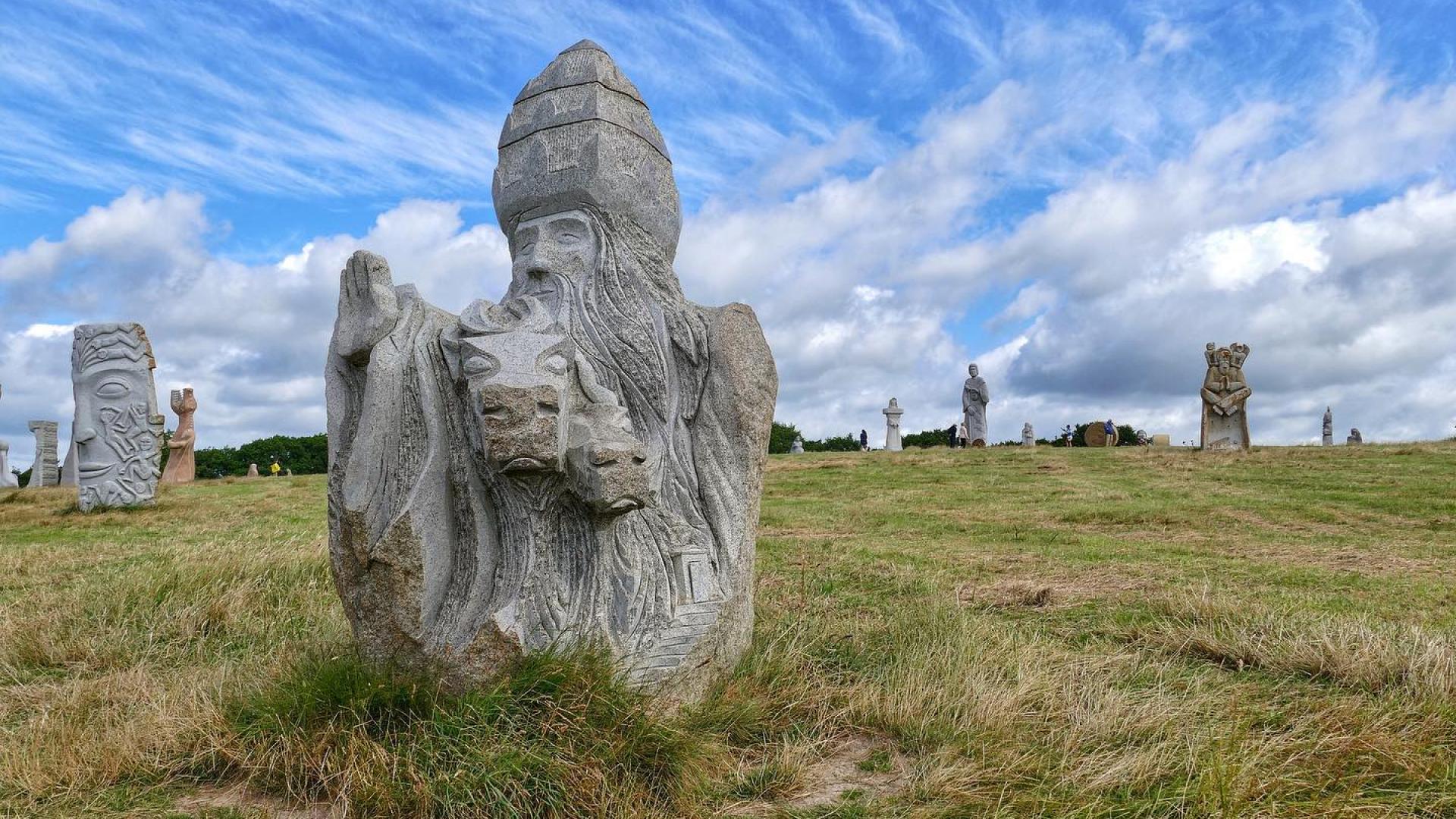 Statue de Saint-Cornély transformant les soldats qui le poursuivent en bloc de pierre, à La Vallée des Saints. Instagram #carnoet