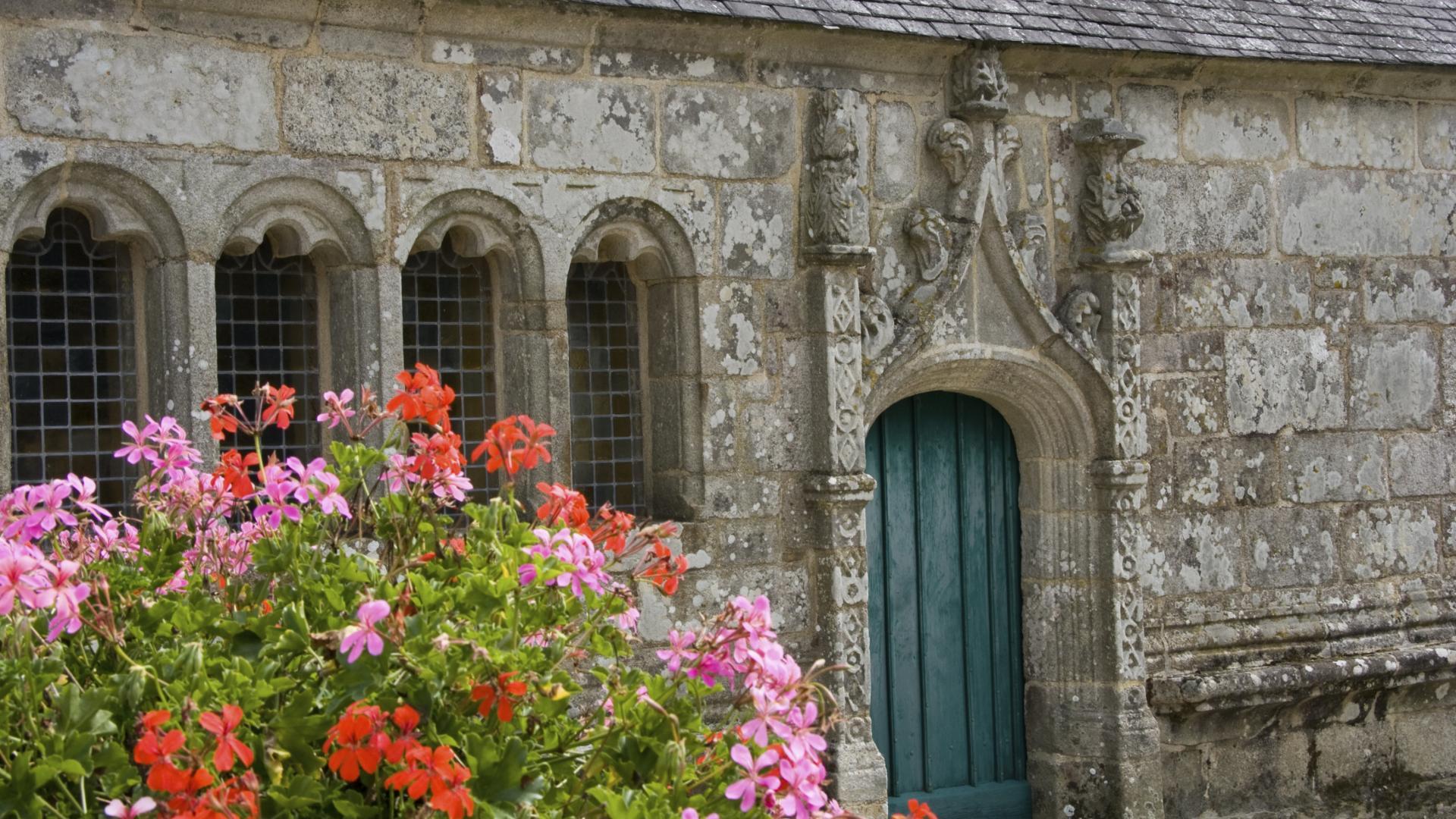 L'ossuaire fleuri de l'Enclos paroissial de Cléden-Poher.
