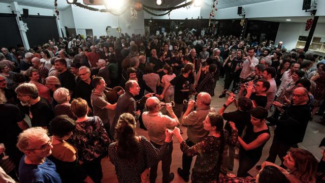 Sonneurs et danseurs au Fest-noz de fin d'année