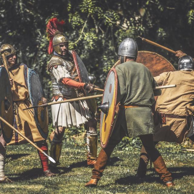 Reconstitution historique d'un combat de la fin du Vè s. (post gallo-romain) par la compagnie Letavia, au Centre Vorgium en juillet 2020 à Carhaix