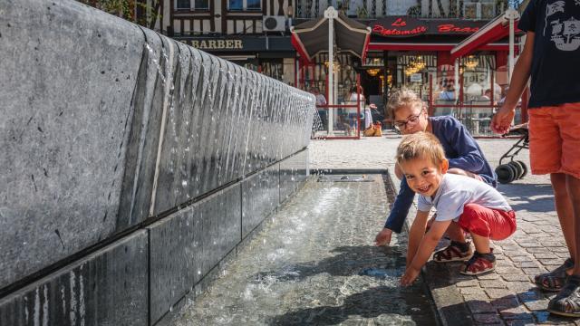 Place De La Republique Enfants Fontaine Eau © Teddy Picaude