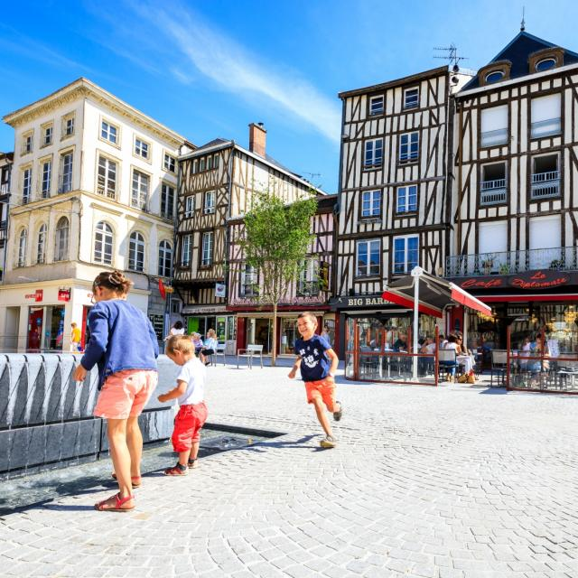 Place De La Republique Enfants Fontaine © Teddy Picaude