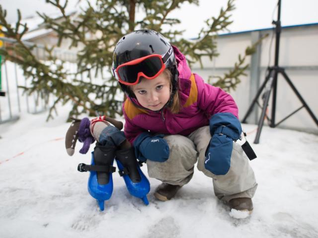 Enfant en patin à glace à Ancelle