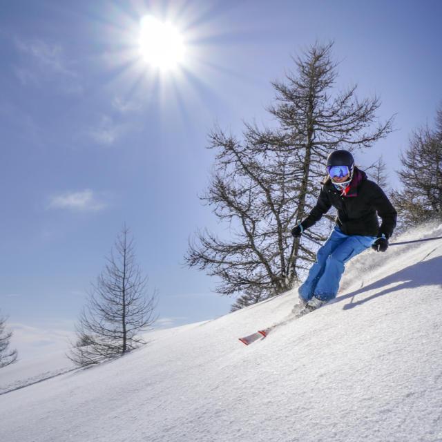 Skieuse sur le domaine de Saint Léger les Mélèzes