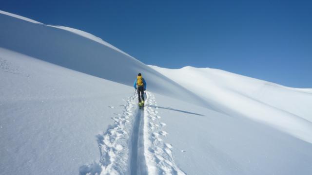 Montée à ski en direction du col de la Coupa