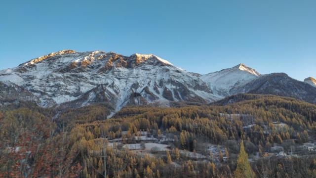 Village Orcières entre neige et automne