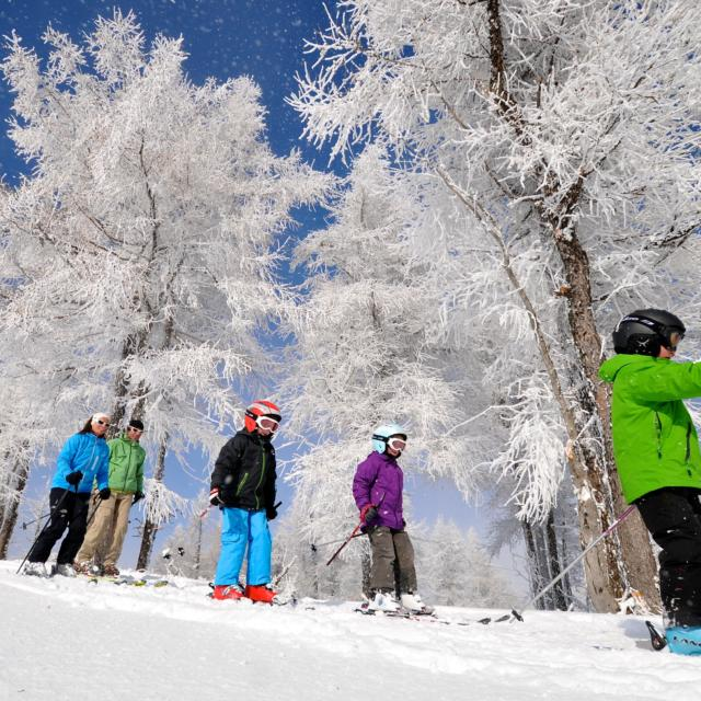 Skie e famille sur les pistes de la station village d'Ancelle