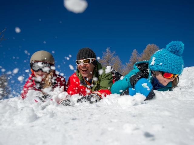 Sourire d'une famille au ski dans les stations du Champsaur