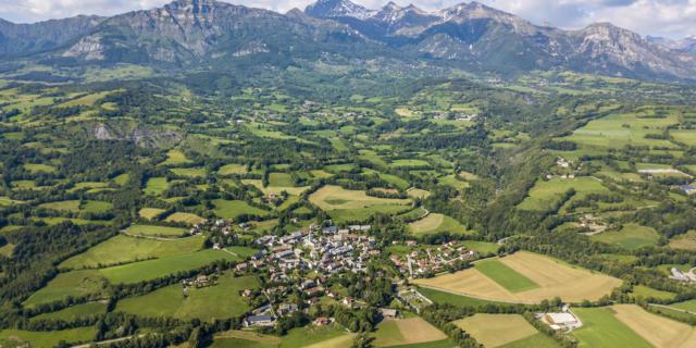 Vue aérienne bocage champsaurin et le village de Saint Julien en Champsaur