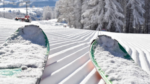 Skis sur les pistes de la station de Chaillol
