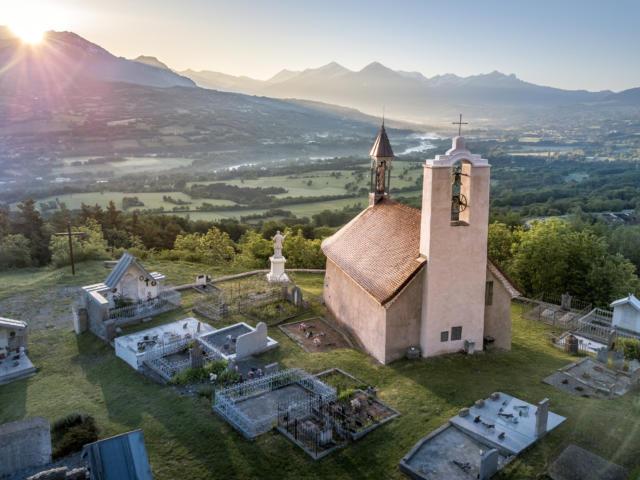 Notre Dame de Bois Vert au levée du soleil à la Fare en Champsaur