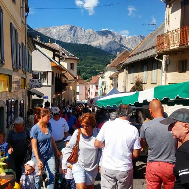 Jour d'affluence au marché de Saint Bonnet en Champsaur