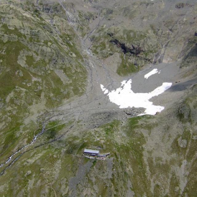 Vue aérienne du refuge de l'Olan dans le Valgaudemar
