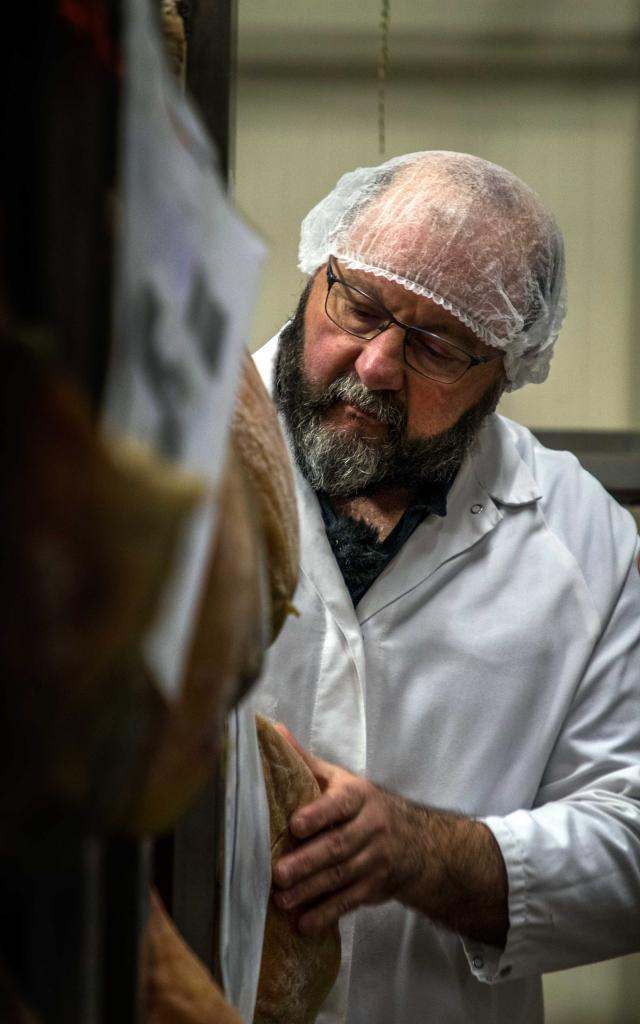 Michel vérifie l'étanchéité de ses jambons crus à la salaison du Champsaur