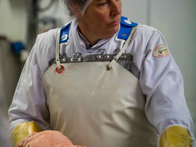 Préparation du Jambon dans les Salaisons du Champsaur