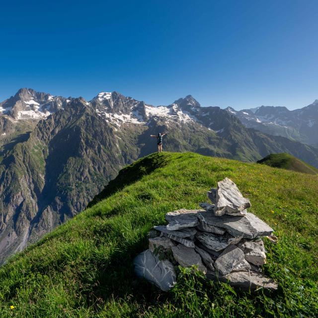Vue sur les sommets du Valgaudemar en randonnée