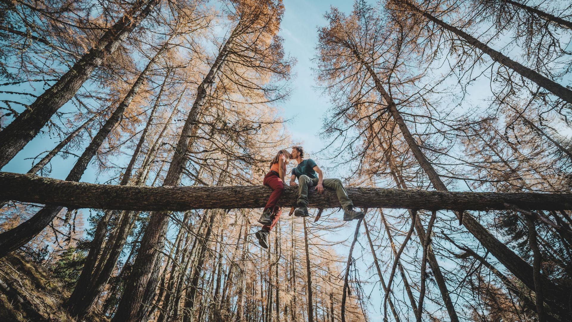 Amoureux en randonnée dans la vallée du Champsaur
