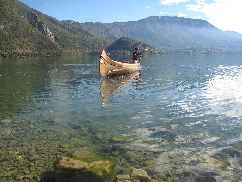 Canoe canadien sur le lac d'aiguebelette