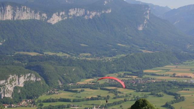 Décollage Parapente Près De Grenbole, Saint Pierre Genebroz