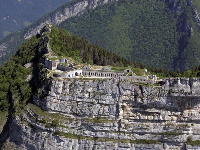 Vue aérienne sur la falaise et le fort de Saint-Eynard