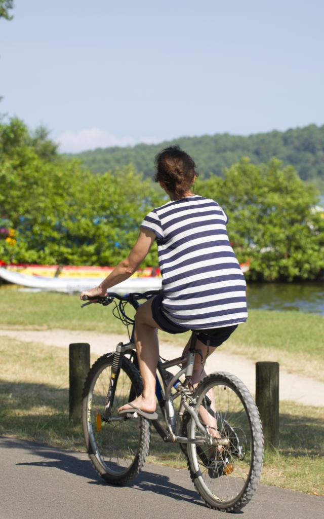 Piste cyclable au bord du lac de Léon