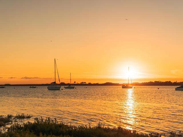 Soleil couchant sur le havre de Regnéville sur mer