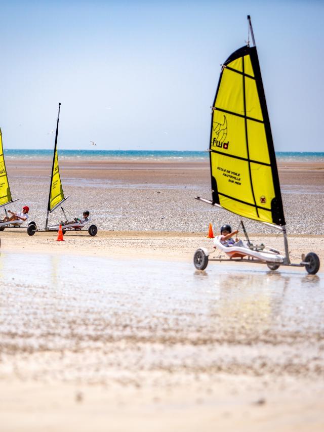 Char à voile sur la plage de Hauteville-sur-Mer