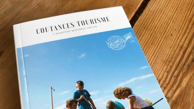 Couverture du carnet d'adresses édité par Coutances tourisme en 2021
