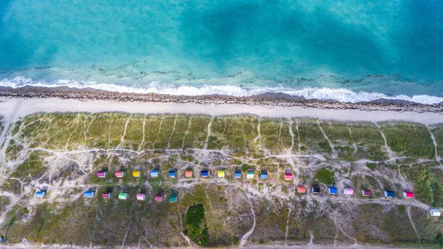 Vue aerienne de la plage des cabines de Gouville sur Mer