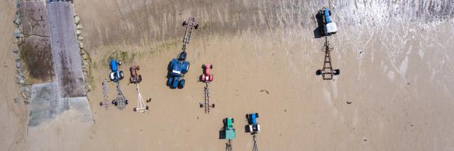 Tracteurs sur l'estran