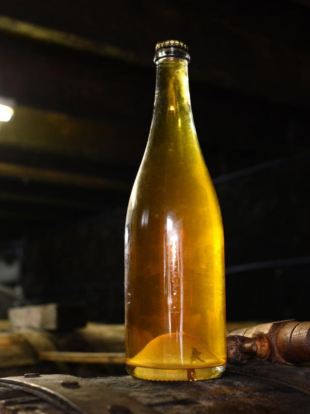 Cidre cotentin, bouteille sur un tonneau