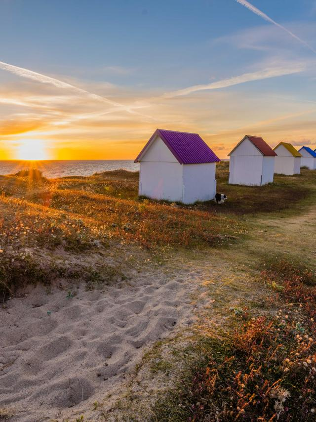 Cabines de gouville au soleil couchant à Gouville-sur-Mer