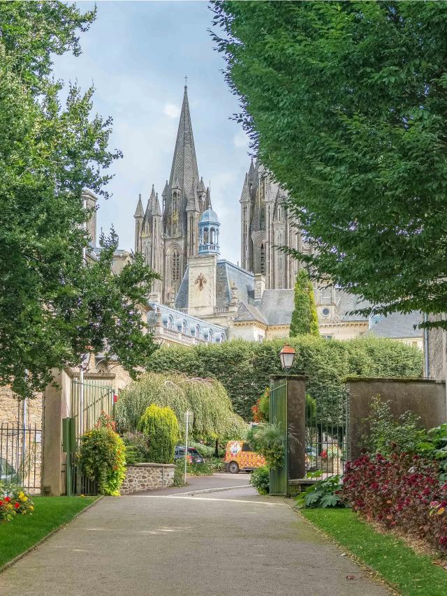 Vue sur la cathédrale depuis le jardin des plantes de Coutances dans la Manche en Normandie