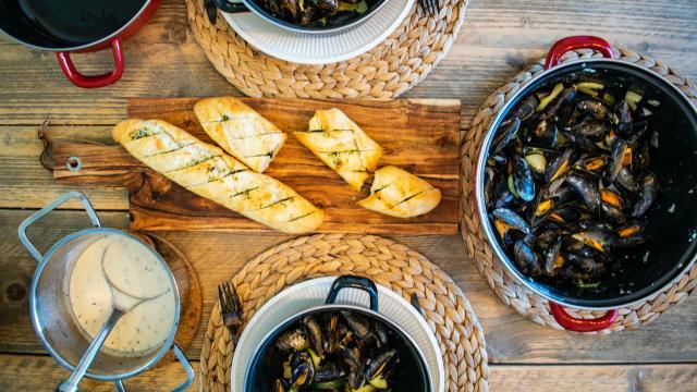 Plat de moule marinières dans l'un des restaurants de Gouville sur Mer ou Blainville-sur-Mer