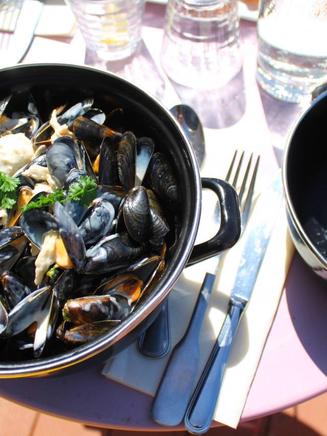 Plat de moules marinières dans un restaurant de Coutances mer et bocage
