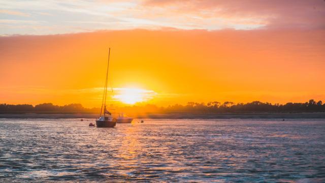 Regneville Sur Mer au coucher du soleil dans la manche en normandie.