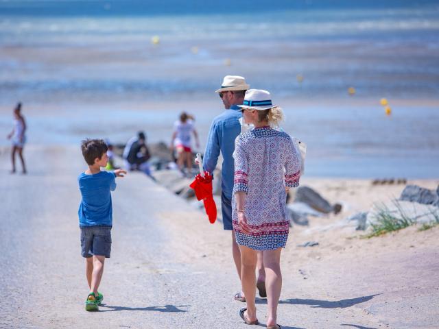 Famille a la plage d'Agon-Coutainville